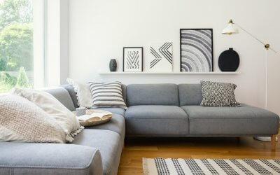 Hangen op een hoek- of loungebank: gezellig maar funest voor uw rug